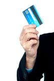 Image cultivée d'un homme affichant la carte de crédit photographie stock