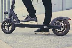 Image cultivée d'un homme sur un scooter électrique photos libres de droits