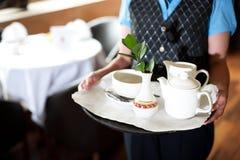 Image cultivée d'un plateau de thé de fixation de femme Images libres de droits