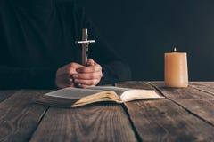 image cultivée de chrétien se reposant avec la croix image stock