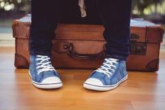 Image cultivée de femme avec les espadrilles et la valise Photos libres de droits