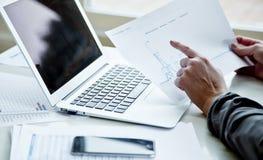 Image cultivée de femme d'affaires avec l'ordinateur portable Photo stock