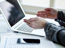Image cultivée de femme d'affaires avec l'ordinateur portable Photos libres de droits