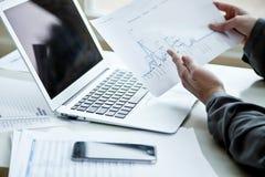 Image cultivée de femme d'affaires avec l'ordinateur portable Images stock