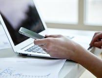Image cultivée de femme d'affaires avec l'ordinateur portable Photographie stock