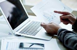 Image cultivée de femme d'affaires avec l'ordinateur portable Photographie stock libre de droits
