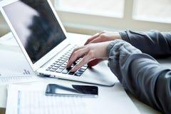 Image cultivée de femme d'affaires avec l'ordinateur portable Photo libre de droits