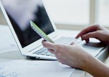 Image cultivée de femme d'affaires avec l'ordinateur portable Image libre de droits