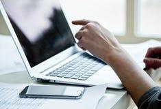 Image cultivée de femme d'affaires avec l'ordinateur portable Image stock