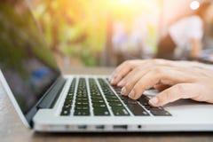 Image cultivée de femme d'affaires professionnelle travaillant à son bureau par l'intermédiaire de l'ordinateur portable, jeune d photographie stock