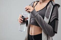Image cultivée de femme de sports avec de l'eau Image stock