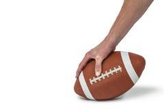 Image cultivée de joueur de football américain plaçant la boule images stock