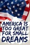 Image cultivée de l'homme tenant le mât de drapeau américain image stock