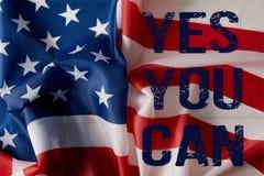 Image cultivée de l'homme tenant le mât de drapeau américain images stock