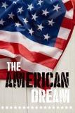 Image cultivée de l'homme tenant le mât de drapeau américain photo stock