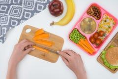 image cultivée de mère préparant le dîner d'enfants pour l'école photos libres de droits