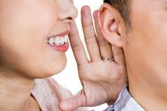 Image cultivée de secret de chuchotement de femme au mari Photo stock