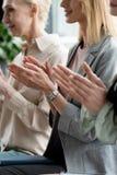 image cultivée des femmes d'affaires applaudissant pendant se réunir photographie stock libre de droits