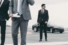 image cultivée des gardes du corps et de l'homme d'affaires image stock