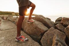 Image cultivée des jambes du sportif qui se tenant dehors Photographie stock libre de droits
