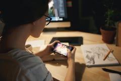 Image cultivée des jeux de jeu de concepteur de jeune dame Photo libre de droits