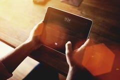 Image cultivée des mains de l'homme tenant le pavé tactile avec l'écran de l'espace de copie pour votre message textuel de conten Photo stock