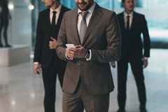 image cultivée du regard d'homme d'affaires images stock