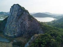 Image découpée de Bouddha d'or sur la falaise chez Khao Chee chan Image stock