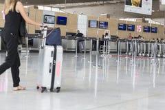 Image d'éditorial de Documantary Bagage d'aéroport avec des valises, femme non identifiée d'homme marchant dans l'aéroport, stati Photographie stock libre de droits