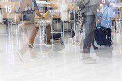 Image d'éditorial de Documantary Bagage d'aéroport avec des valises, femme non identifiée d'homme marchant dans l'aéroport, stati Photos stock