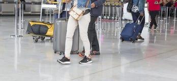 Image d'éditorial de Documantary Bagage d'aéroport avec des valises, femme non identifiée d'homme marchant dans l'aéroport, stati Photos libres de droits