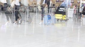Image d'éditorial de Documantary Bagage d'aéroport avec des valises, femme non identifiée d'homme marchant dans l'aéroport, stati Image stock