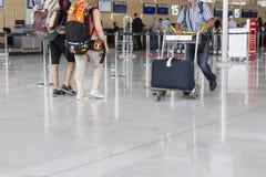 Image d'éditorial de Documantary Bagage d'aéroport avec des valises, femme non identifiée d'homme marchant dans l'aéroport, stati Photo stock