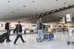 Image d'éditorial de Documantary Bagage d'aéroport avec des valises, femme non identifiée d'homme marchant dans l'aéroport, stati Images stock