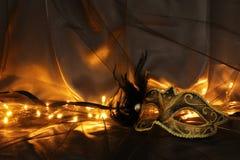 Image d'or élégant et de masque vénitien noir au-dessus de fond de Tulle Photographie stock