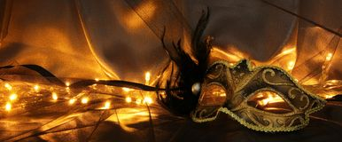 Image d'or élégant et de masque vénitien noir au-dessus de fond de Tulle Images libres de droits