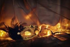 Image d'or élégant et de masque vénitien noir au-dessus de fond de Tulle Photographie stock libre de droits