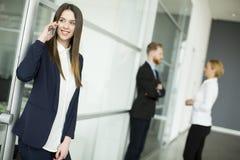 Image d'agent avec le papier parlant du téléphone dans l'envir fonctionnant Photo stock