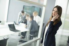 Image d'agent avec le papier parlant du téléphone dans l'envir fonctionnant Images libres de droits