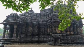 Image d'Ambreshwar Shiv Temple In Heavy Rain, plein tir, temple hindou du 11ème siècle historique image libre de droits