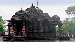 Image d'Ambreshwar Shiv Temple In Heavy Rain, plein tir, temple hindou du 11ème siècle historique images libres de droits