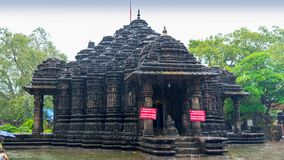 Image d'Ambreshwar Shiv Temple In Heavy Rain, plein tir, temple hindou du 11ème siècle historique photo stock