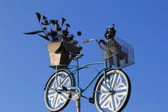 Image d'amusement de grand vélo avec le panier des fleurs et de l'animal familier, marché extérieur, Rochester, New York, 2017 Images stock