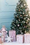 Image d'arbre de Noël décoré avec le cadeau image libre de droits