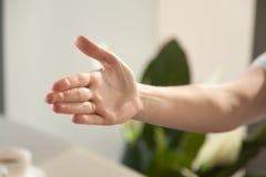 Image d'atteindre pour la main de la femme de poignée de main Photos stock