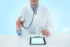 Image 3d composée de docteur examinant avec le stethscope Photo stock