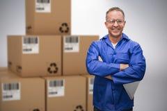 Image 3d composée du directeur de sourire d'entrepôt se tenant avec des bras croisés Photographie stock