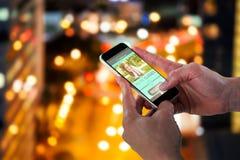 Image 3d composée du plan rapproché de l'homme tenant le téléphone intelligent Images stock