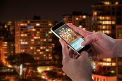 Image 3d composée du plan rapproché de l'homme tenant le téléphone intelligent Photographie stock libre de droits