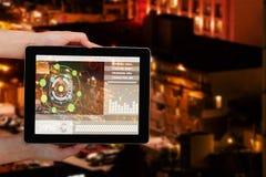 Image 3d composée du plan rapproché des mains tenant le comprimé numérique Photos libres de droits